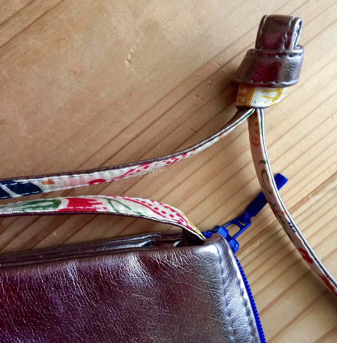 紐の裏にも可愛いシルクのプリントが使われています。